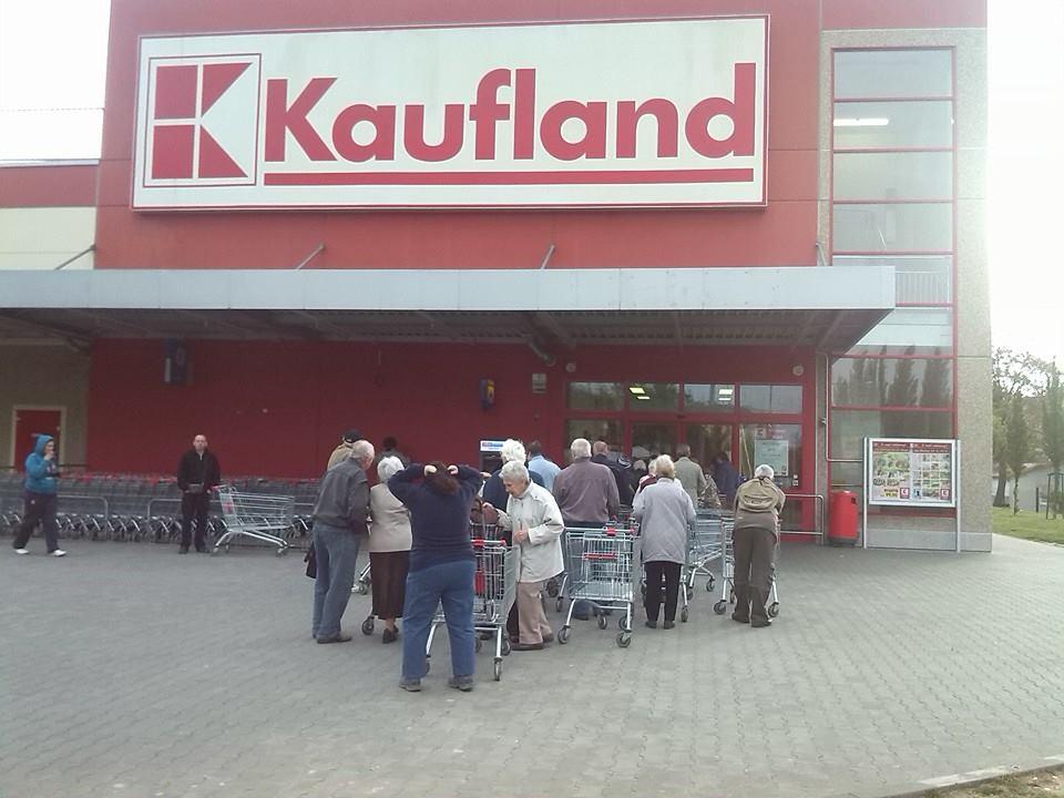 Den nové akce 6:47 - věkový průměr 70- nyní kažený přítomností lidí, kteří si jdou nakoupit před prací. | Autor: Tomáš Horáček pro Maxwelle.eu